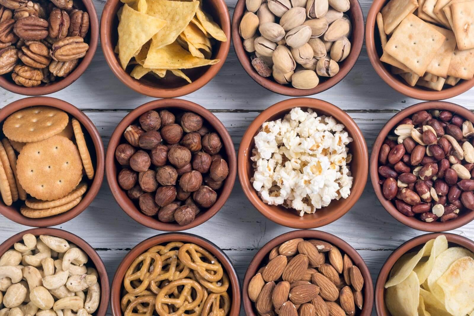 Snacks in Schalen aufgereiht