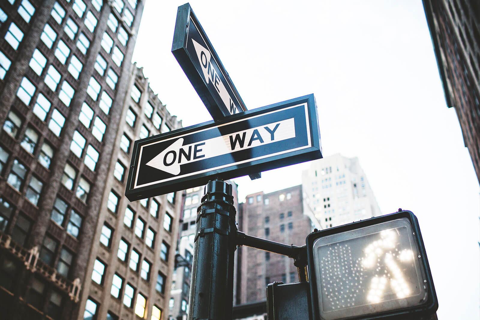Ein One Way Straßenschild an einer Kreuzung