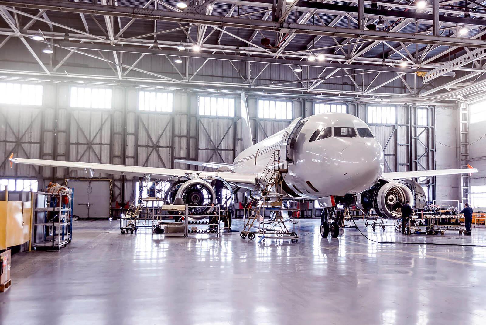 Ein Airbus Flugzeug steht zur Kontrolle im Hangar