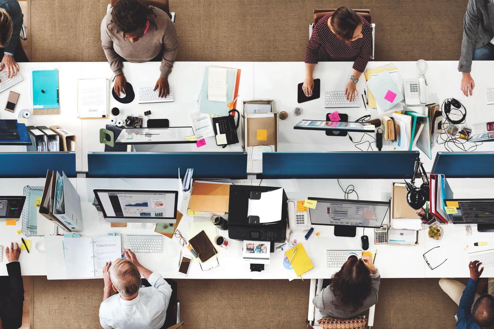 Ein Blick von oben auf einen Arbeitsplatz