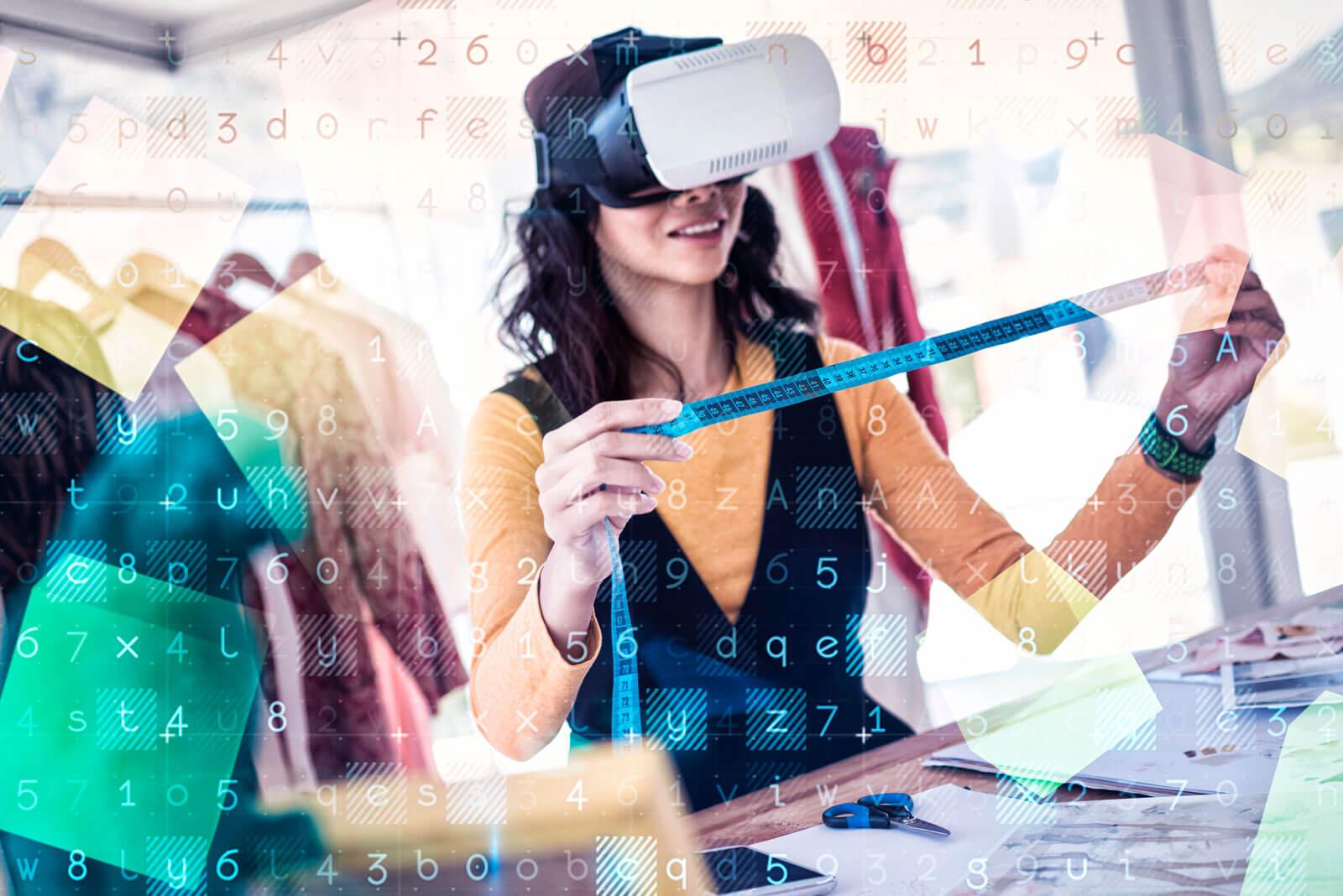 Eine Frau steht mit Smart Glasses und einem Maßband in der Hand vor einem Tisch