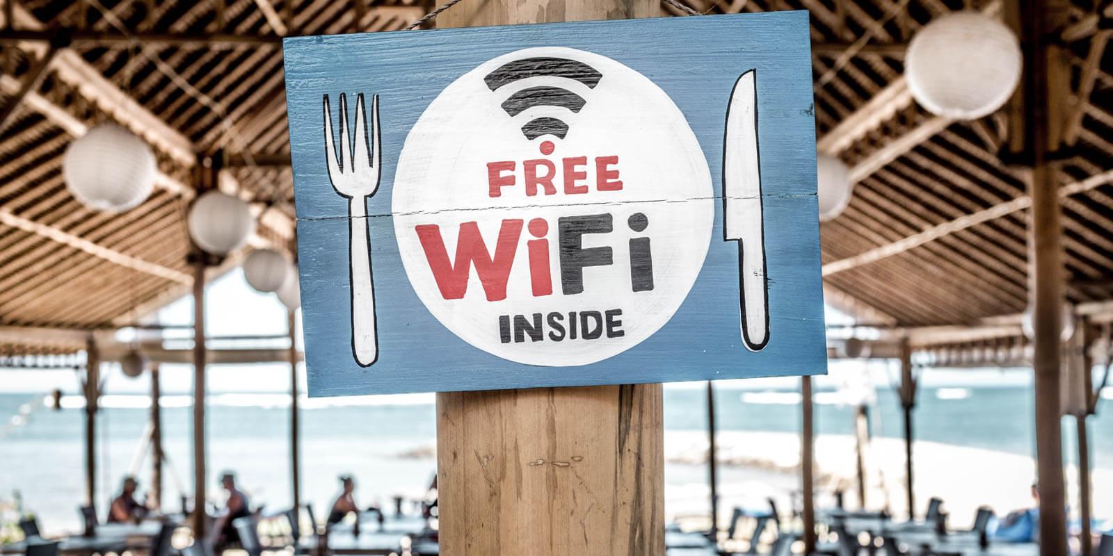 Free wifi Schild in einem Restaurant