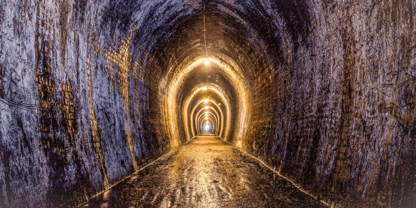 Ein langer Tunnel mit Lichtern an der Decke