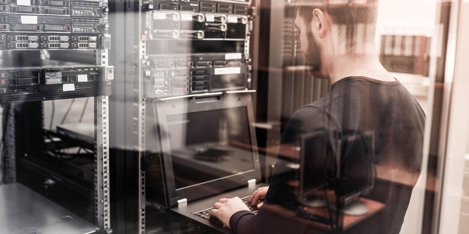 Ein Mann arbeitet an einem Server