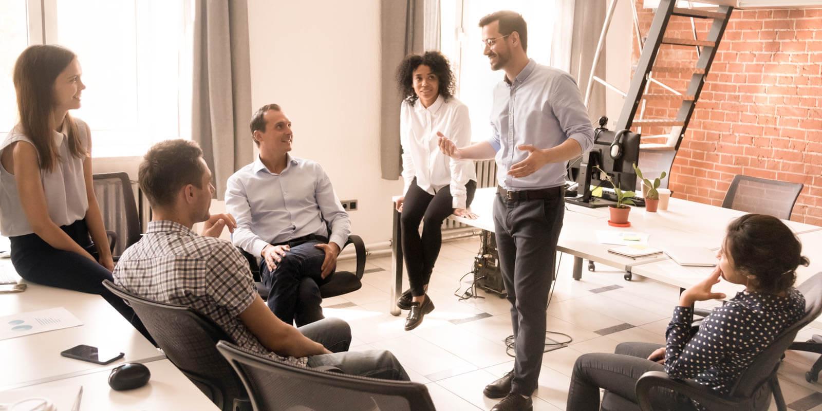 Eine Gruppe von Mitarbeitern brainstormed in einer Runde