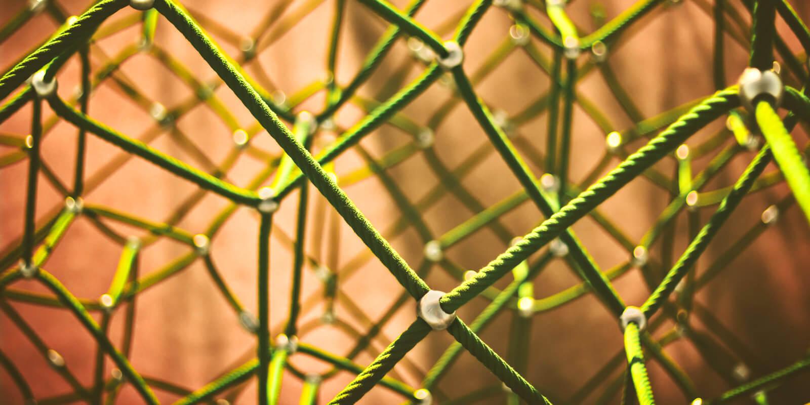 Grüne Seile werden komplex durch Knoten miteinander verbunden