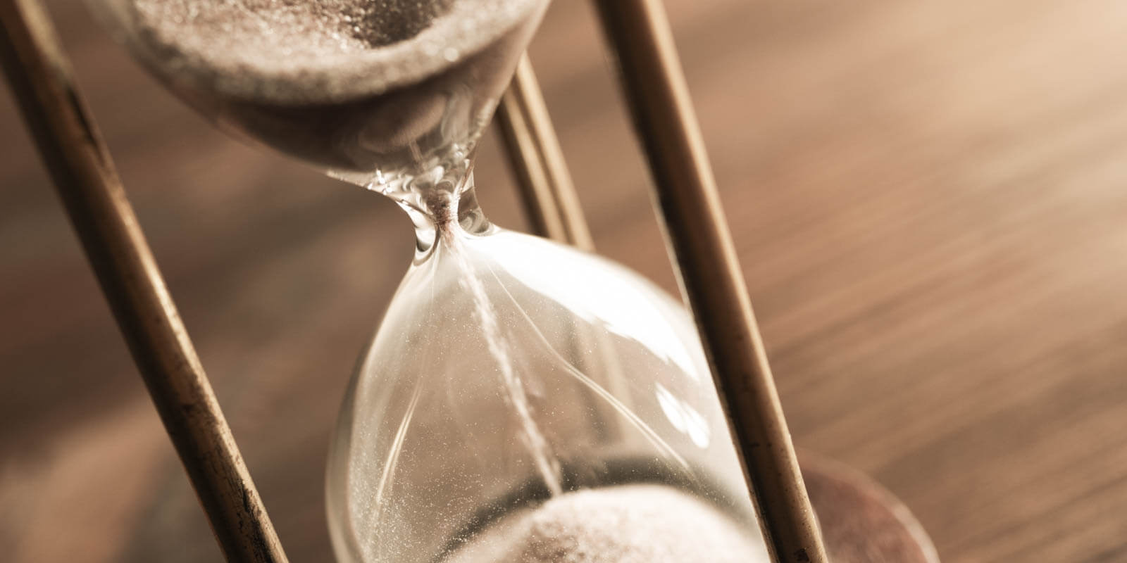 Sand runs through an hourglass to indicate the elapsed time.